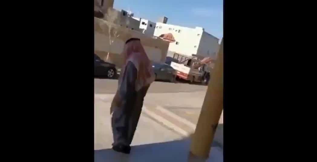 منع مسن سعودي من الصلاة بسبب عدم ارتداء كمامته