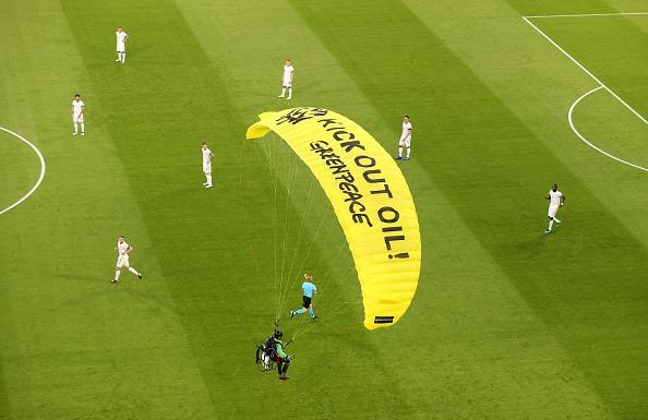 هبوط مظلي إلى أرضية الملعب والشرطة الألمانية تلقي القبض عليه