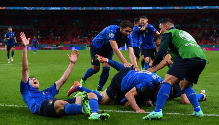 احتفال منتخب إيطاليا بعد تسجيل هدف في شباك بلجيكا في بطولة اليورو