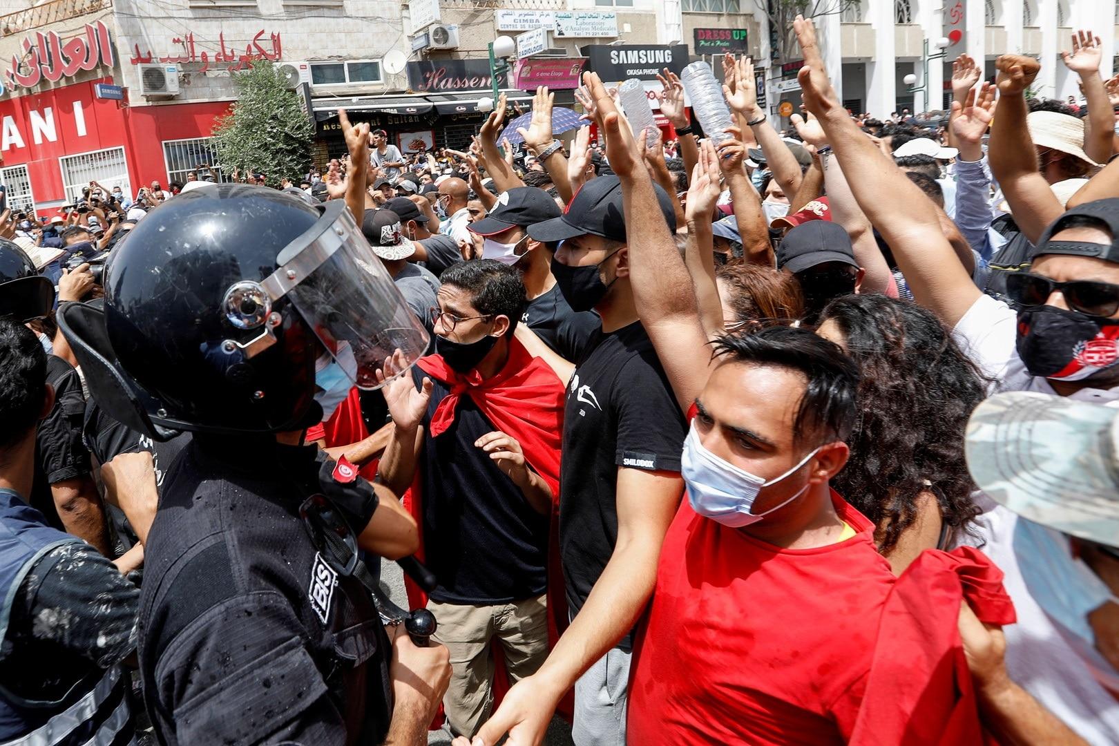 الاعتداء على مقار حكومية في تونس