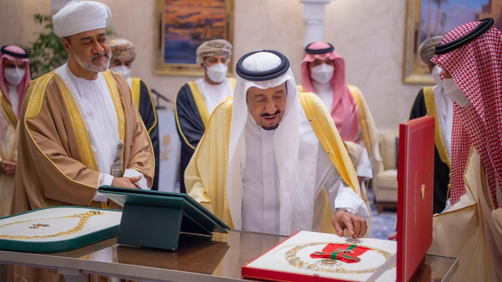 الملك سلمان يهدي السلطان هيثم قلادة الملك عبدالعزيز