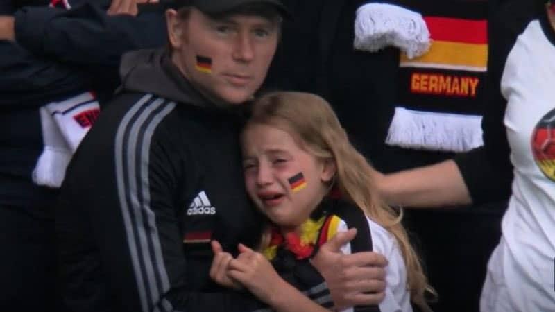 حملة تبرعات لصالح الطفلة الألمانية الباكية بعد موجة التنمر من مشجعي إنجلترا