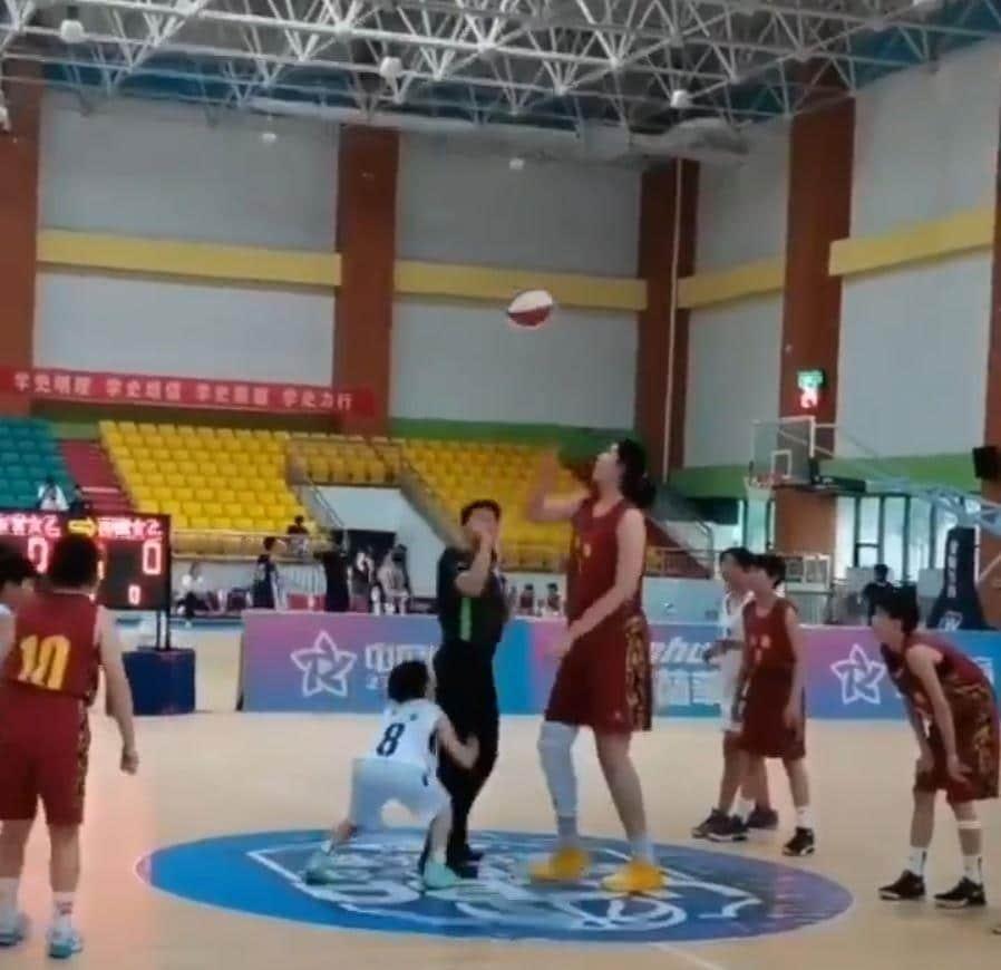 لاعبة صينية تلقب بالمعجزة بطولها المخيف