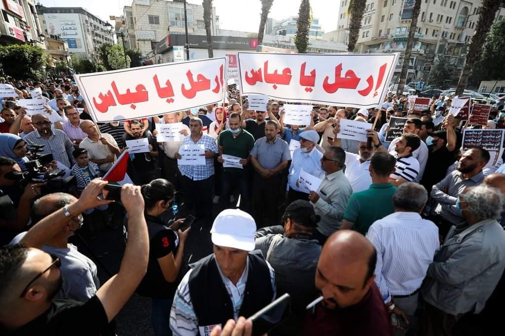 """شقيق نزار بنات لـ""""عباس"""": لن نقبل بحل المخاتير ودمُ ابننا مقابله هدم النظام السياسي"""