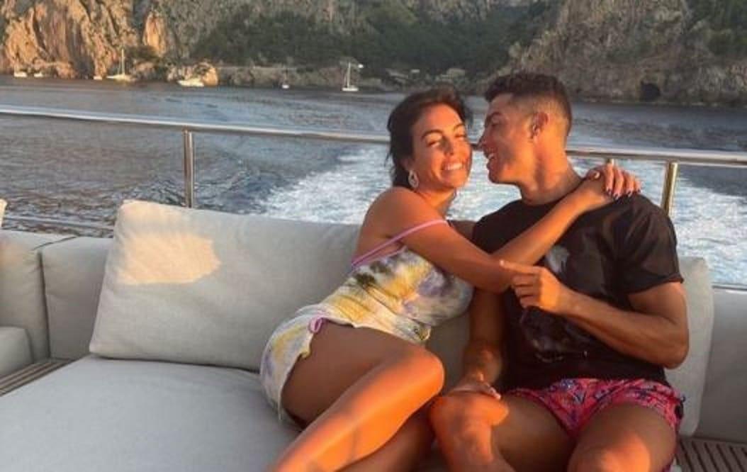 جورجينا رودريغيز مع رونالدو في البحر .. أحضان وقُبلات على اليخت! (شاهد)