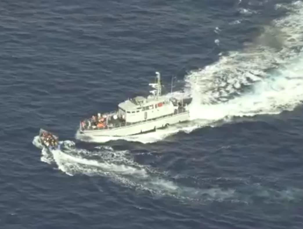لقطات صادمة .. خفر السواحل الليبي كاد يرتكب مجزرة في مياه البحر (شاهدوا)