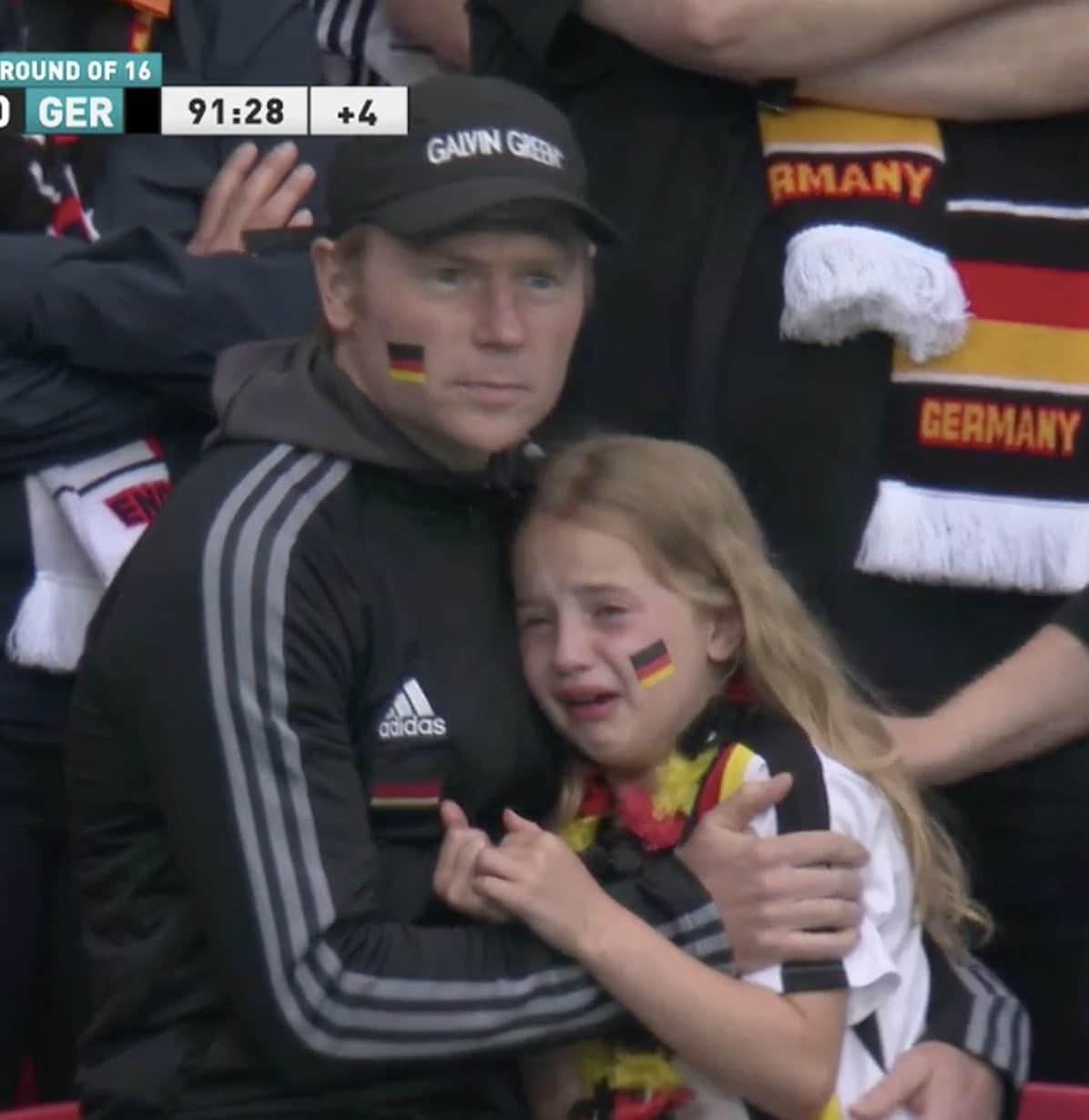 بكاء طفلة ألمانية في اليورو تثير سخرية مشجعي منتخب إنجلترا (شاهد)