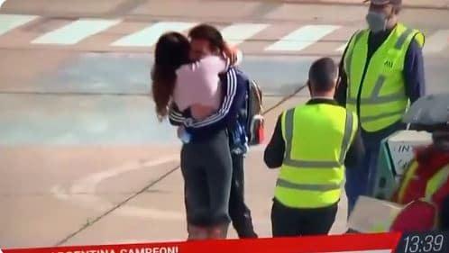 أنتونيلا و استقبال زوجها بالأحضان والقبلات الحارة
