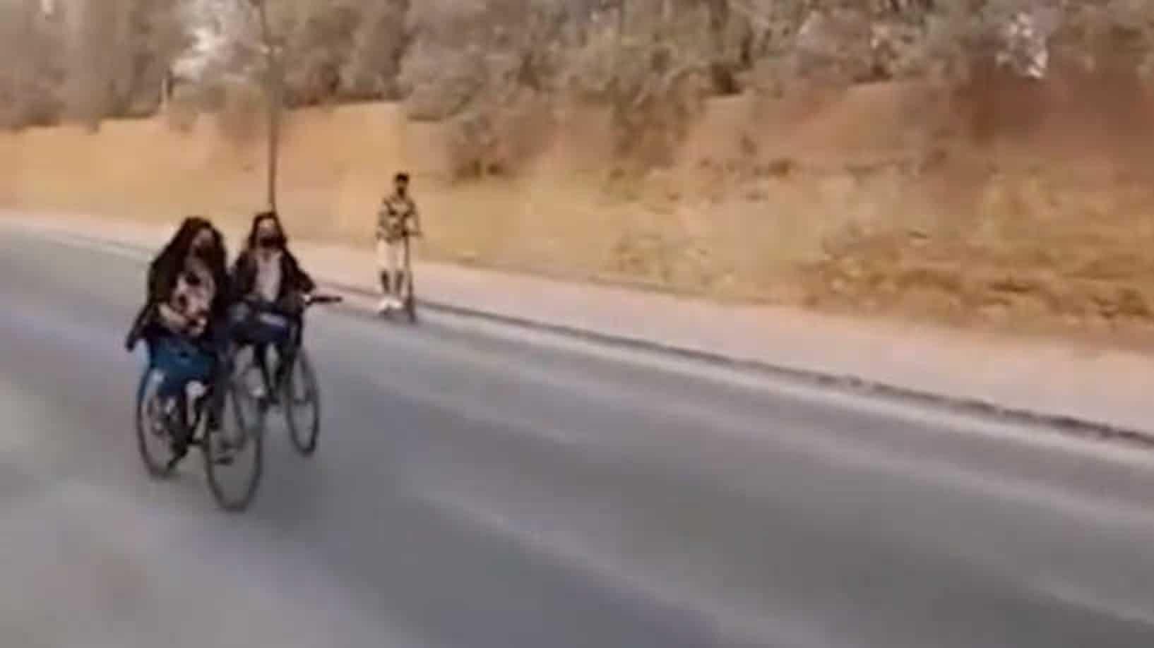 نساء سعوديات يركبن دراجات