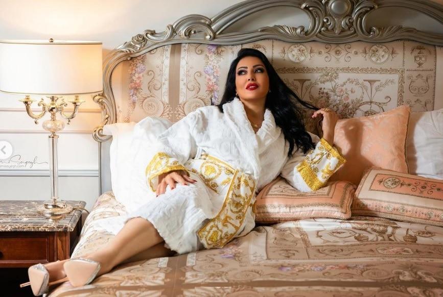 سمية الخشاب تثير ضجة بروب أبيض على سرير بأحد فنادق دبي! (شاهد)