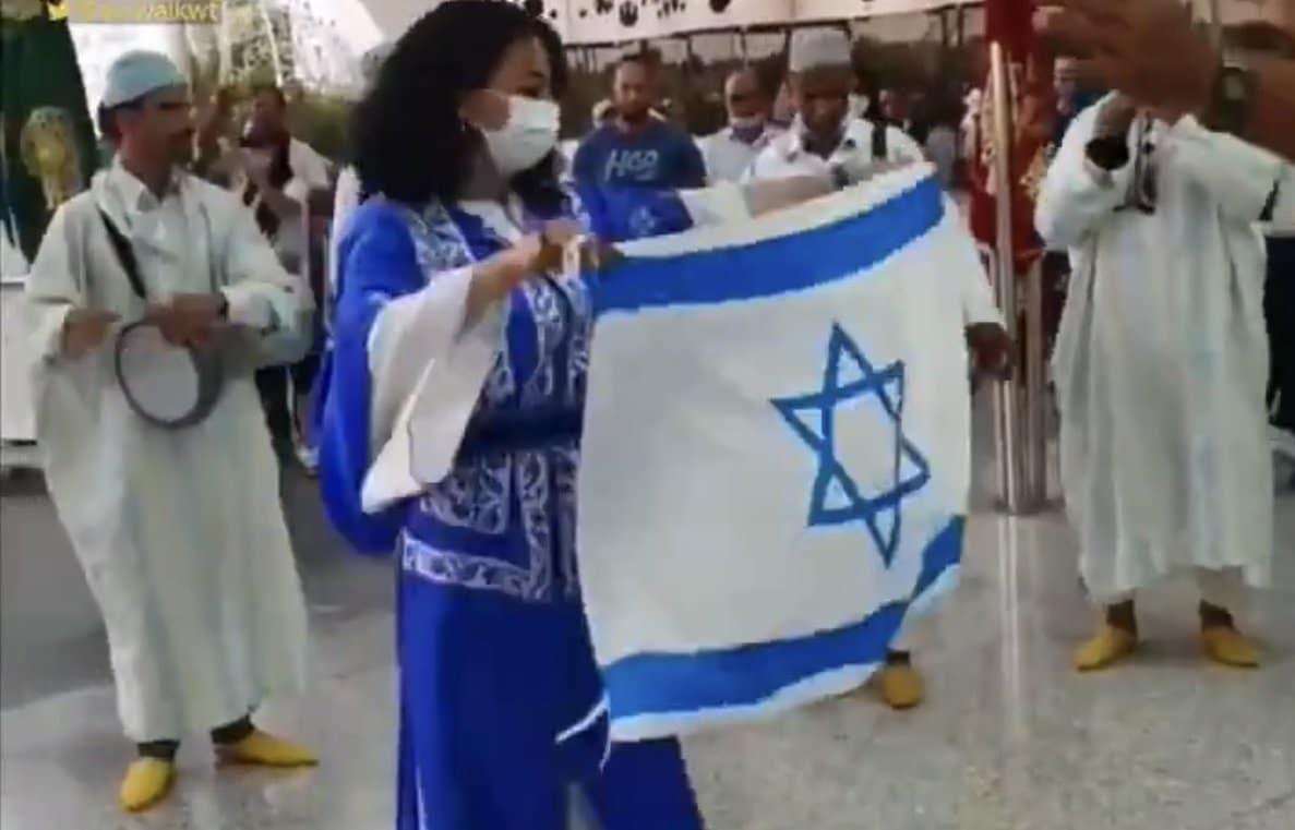 مستشار ابن زايد يستشهد بهذا الفيديو من المغرب لتبرير عار التطبيع الإماراتي مع إسرائيل