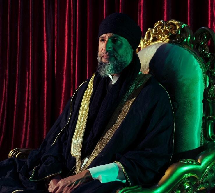 سيف الإسلام القذافي في لقائه مع صحيفة نيويورك تايمز ظهر مرتدياً عباءة سوداء على طراز الخليج