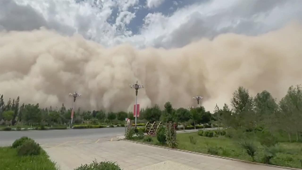 عاصفة رملية هائلة تبتلع مدينة كاملة في الصين