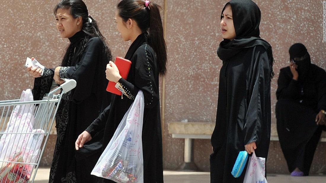 أمير سعودي يسمح لأطفاله بالبصق في وجوه خادماته ويمارس العبودية الحديثة معهن
