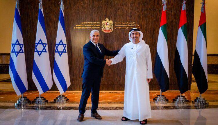عبدالله بن زايد ووزير خارجية اسرائيل يتحدثان عن التطبيع