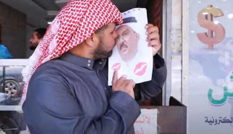 فلسطيني يرفع صورة محمد العمادي