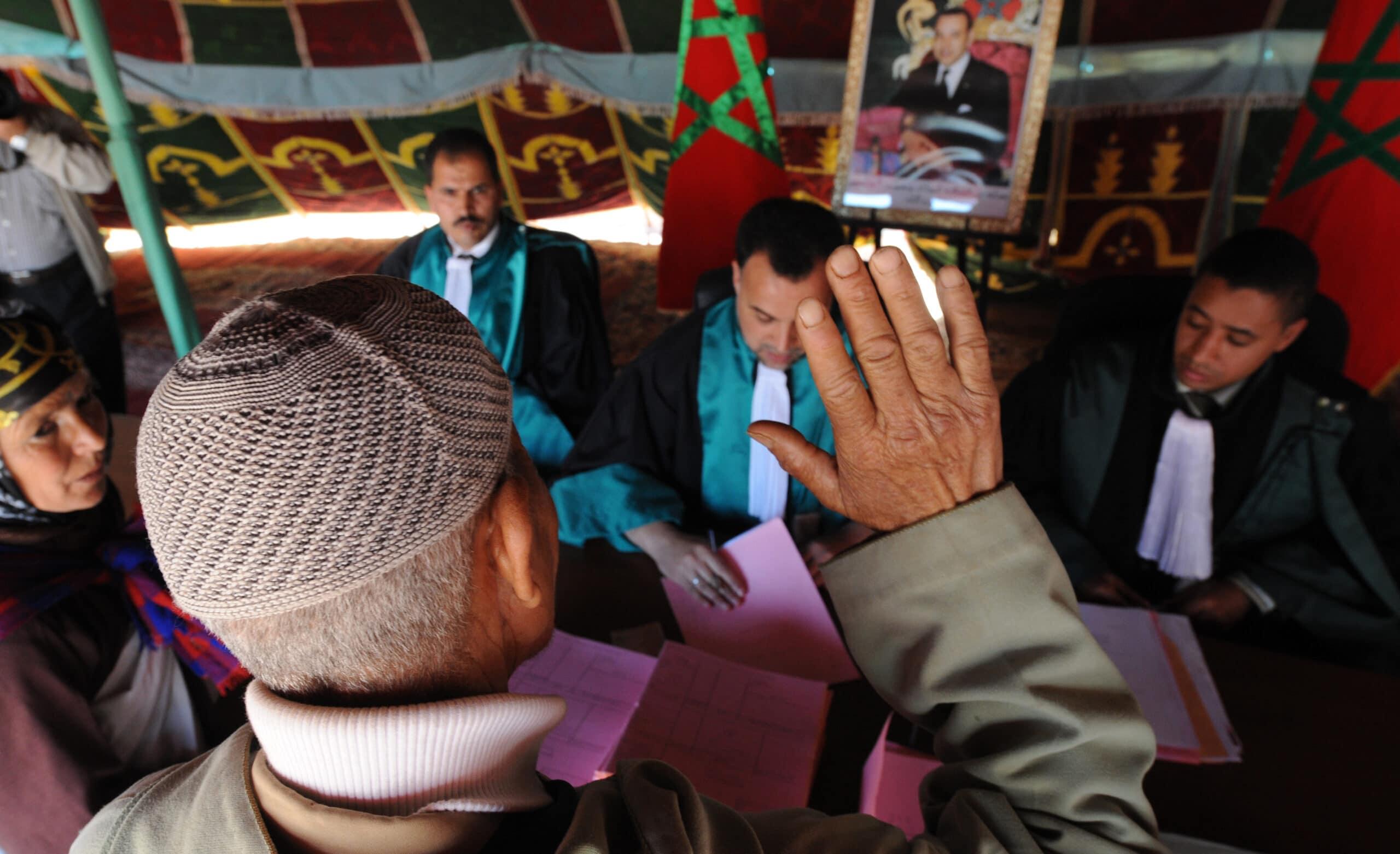 منشورات قضاة مغاربة على فيس بوك تتسبب لهم بأسوأ حدث في حياتهم.. هكذا تم معاقبتهم