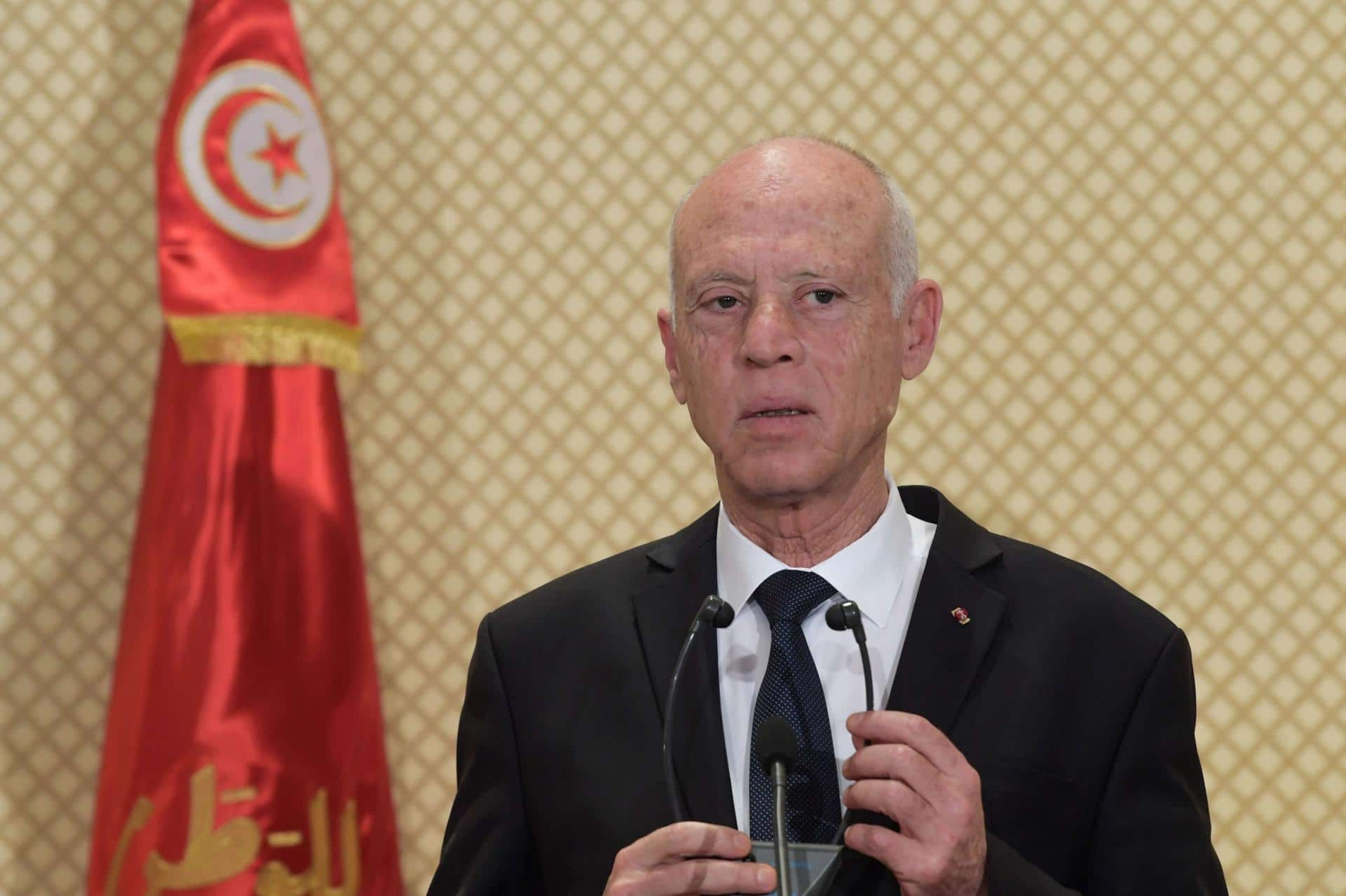 صحفي تونسي يكشف كيف يعامل قيس سعيد ضيوفه في قصر قرطاج (فيديو)