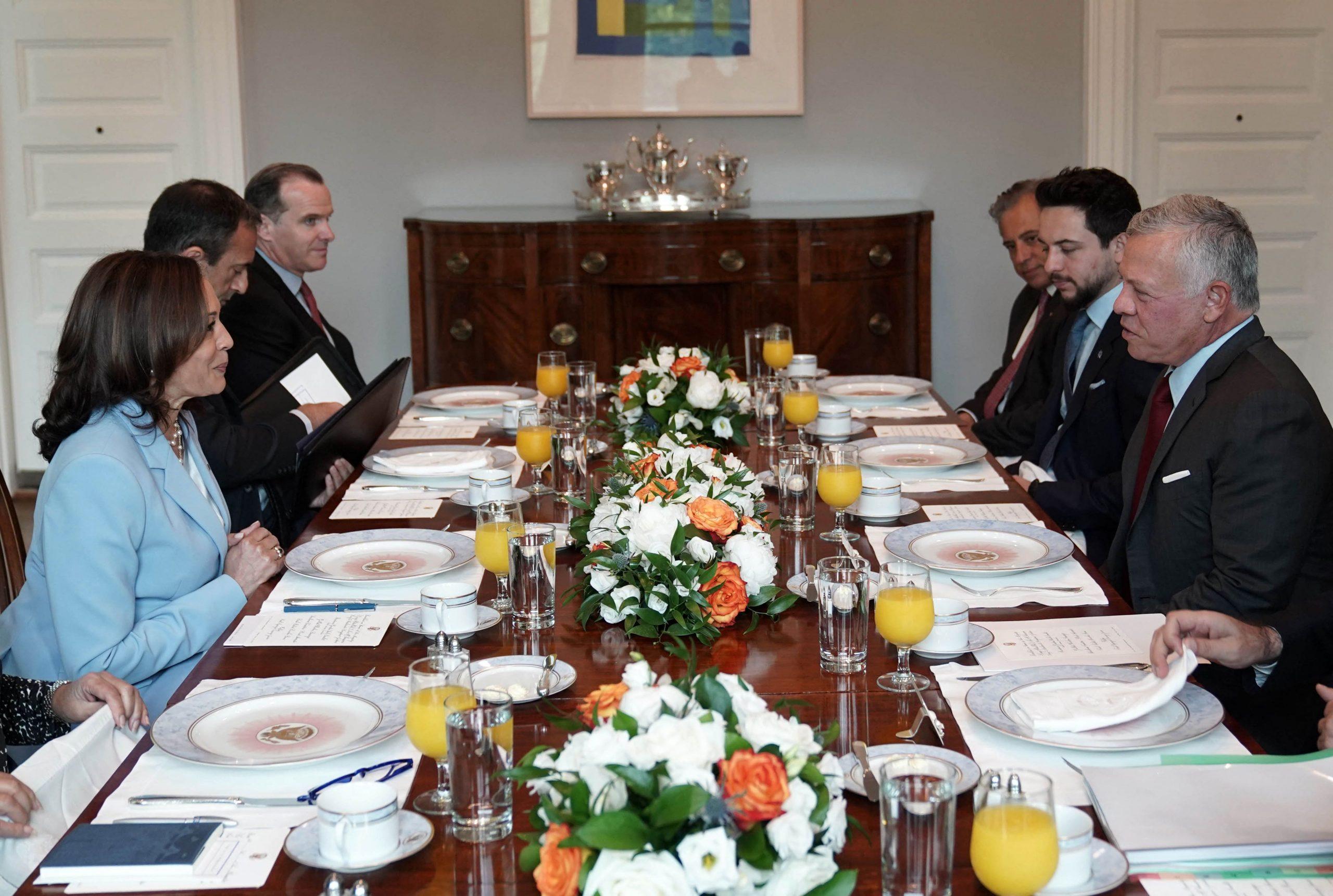 ملك الأردن عبدالله الثاني مع وفد أمريكي