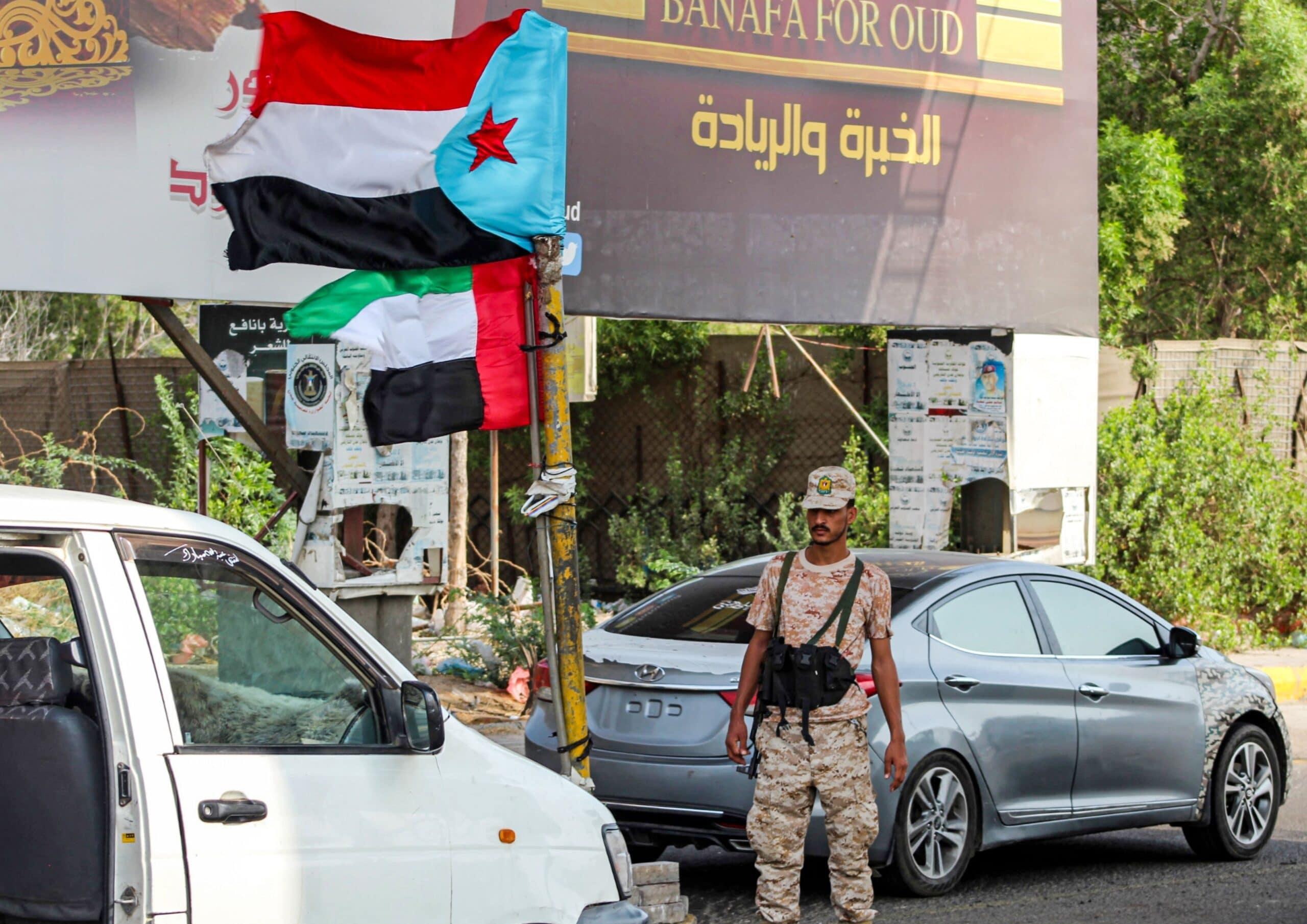 الكاتب السعودي خالد السبيعي يتهم دولاً بالسيطرة على موانئ وجزر اليمن