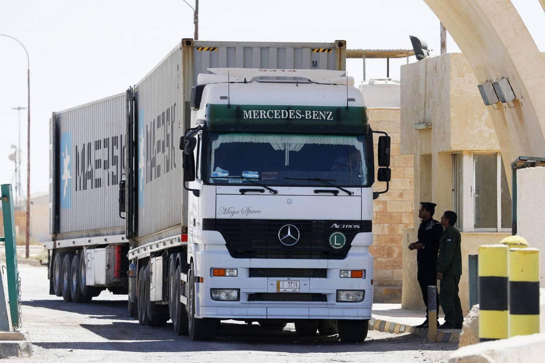 بلومبيرغ تكشف تفاصيل أزمة الشاحنات العالقة على الحدود السعودية الإماراتية.. الرياض خنقت أبوظبي