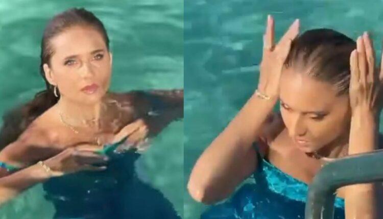 نيللي كريم تسبح بفستان