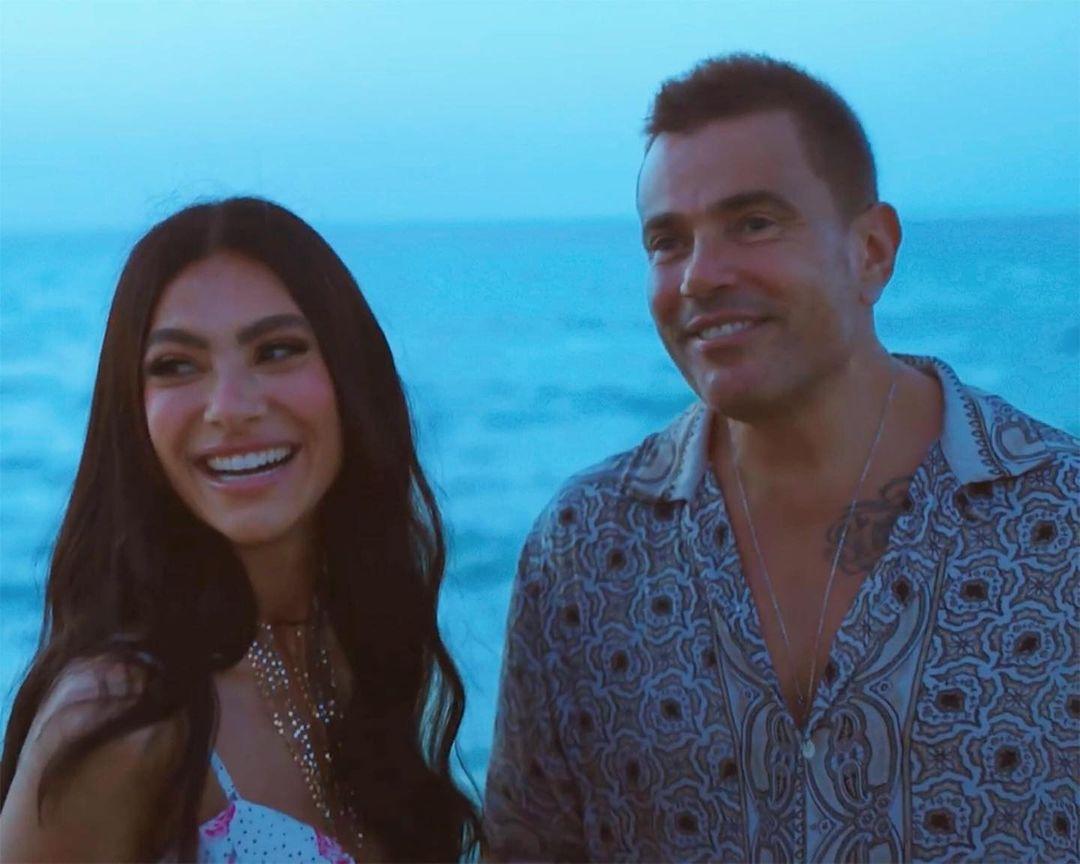 هدى المفتي ترقص مع عمرو دياب أمام الشاطئ.. هل هي حبيبته الجديدة؟