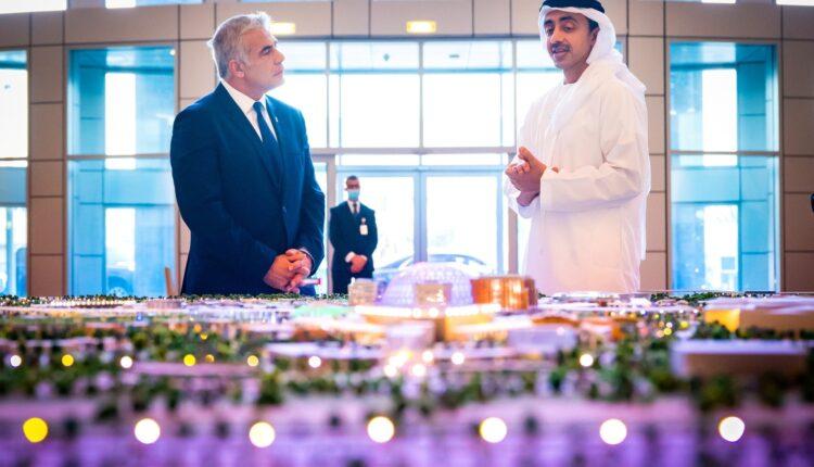 وزير خارجية إسرائيل مائير لابيد مع نظيره الإماراتي عبدالله بن زايد