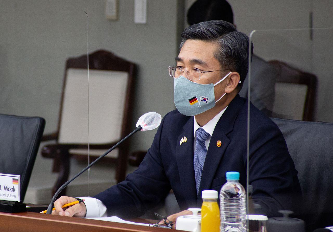 وزير دفاع كوريا الجنوبية سوه ووك في سول يوم 26 مايو أيار 2021.