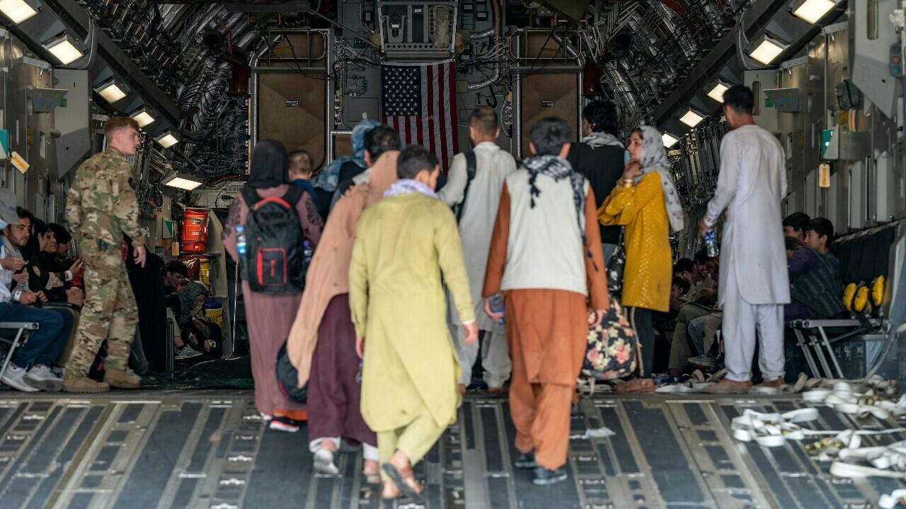 اجلاء الافغان في مطار كابل