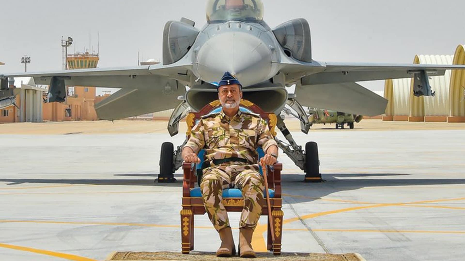 (شاهد) السلطان هيثم بن طارق داخل طائرة مقاتلة مرتدياً زي سلاح الجو السلطاني