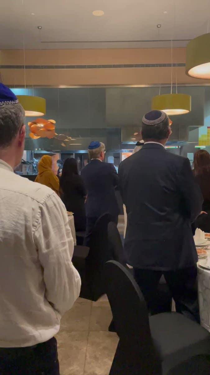 إسرائيل تجني ثمار التطبيع بحفل ديني يهودي على الملأ في البحرين (فيديو)
