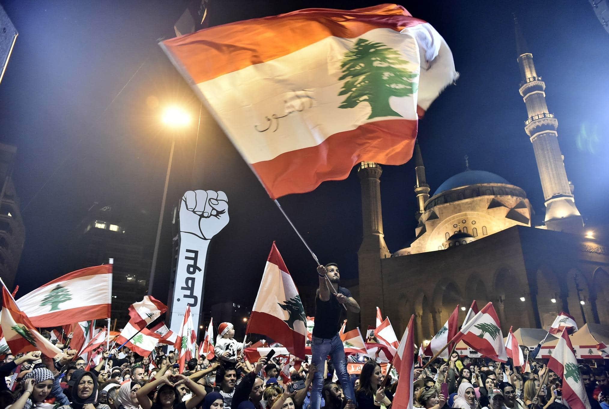 رفع الدعم عن الوقود يشعل لبنان.. المحتجون قطعوا الطرقات وأشعلوا النيران وغضب على مواقع التواصل