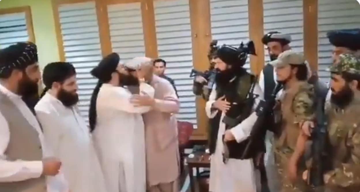 شقيق أشرف غني يبايع طالبان وقادتُها يقبّلون رأسه (شاهد)