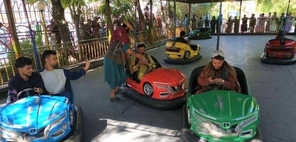 فيديوهات أثارت الجدل لعناصر طالبان من داخل مدينة ملاهي في العاصمة كابل