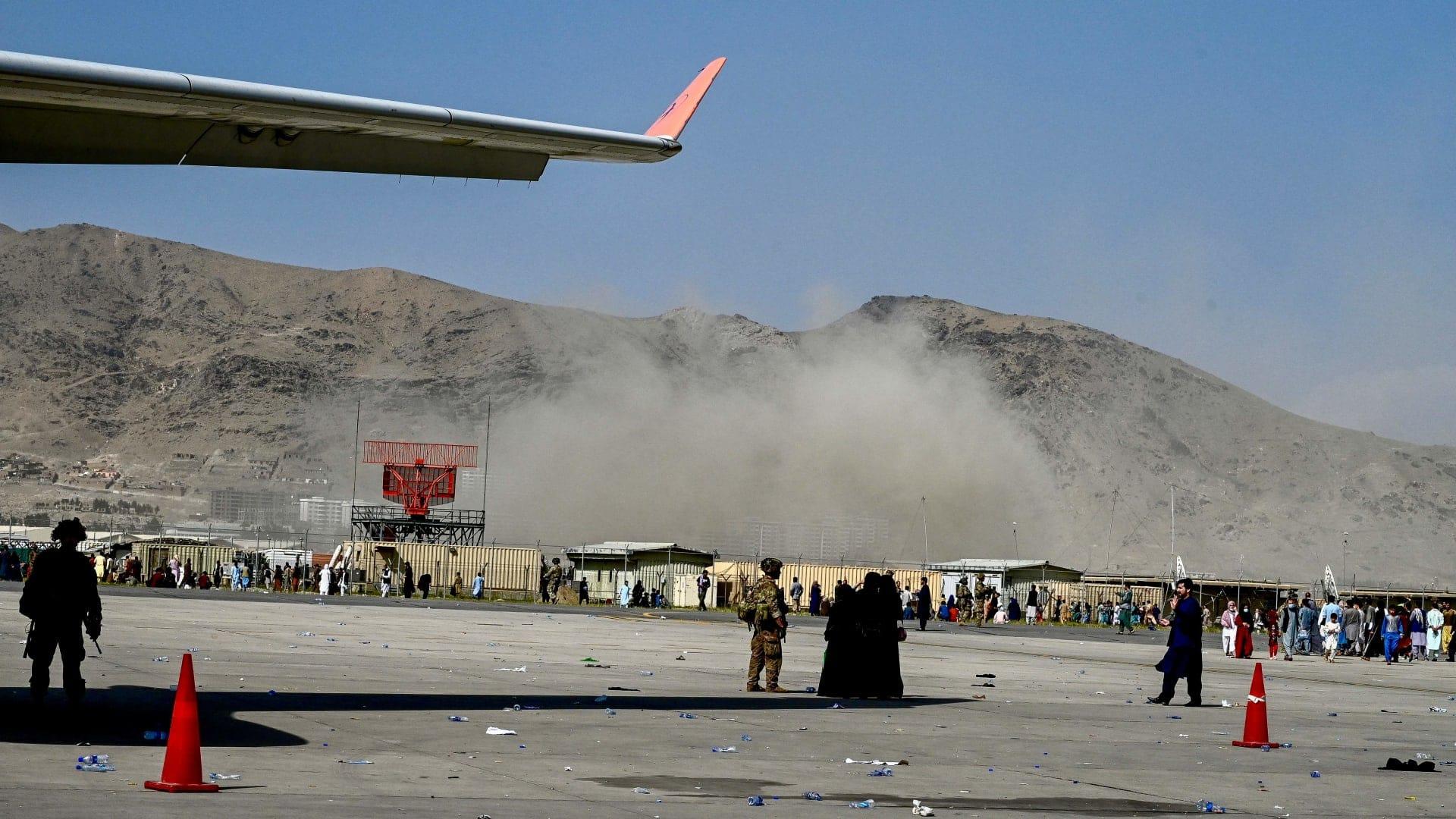 أول فيديو لانفجار مطار كابل الدموي.. مشاهد مرعبة للجثث بينهم ضحايا أمريكيين