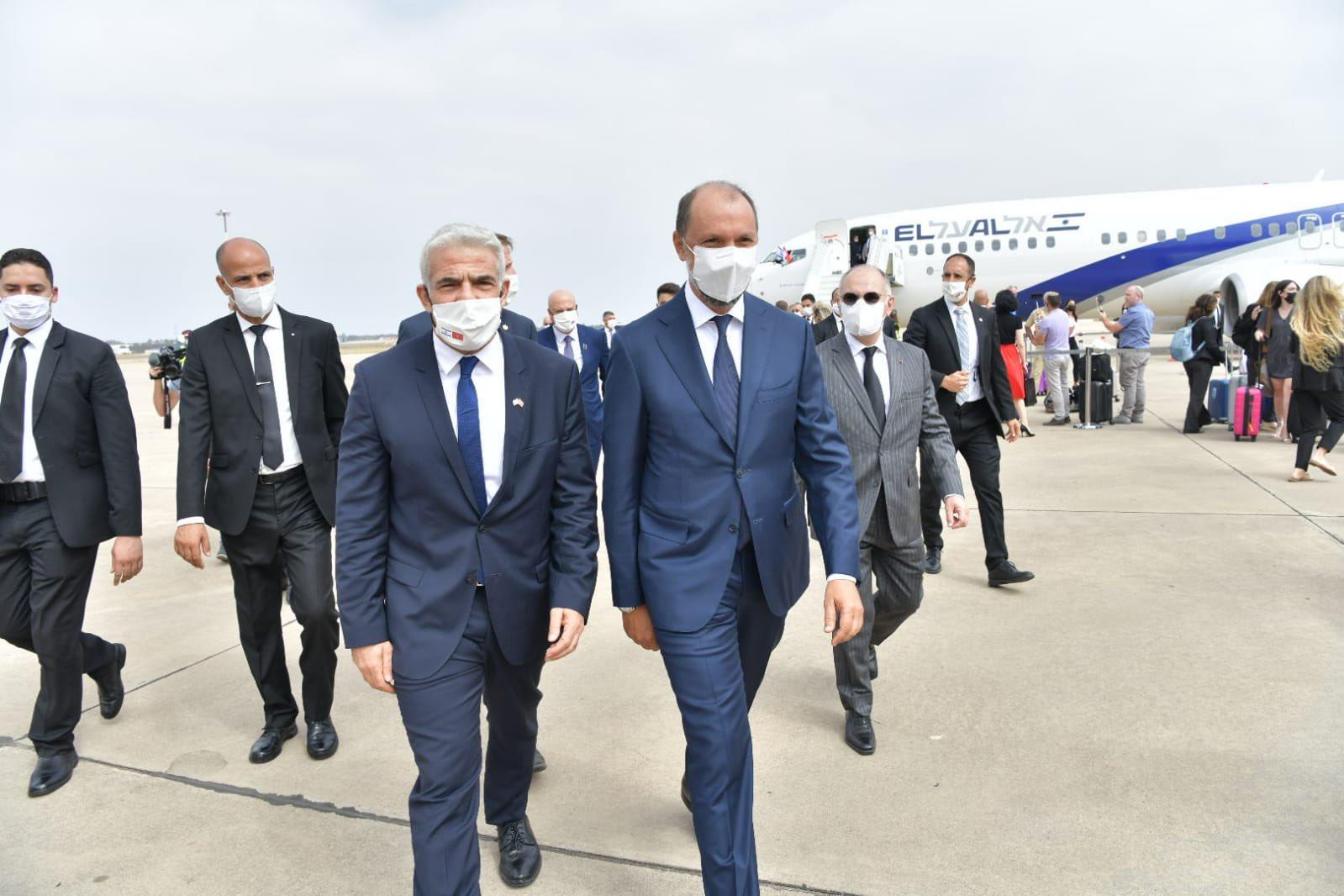 (شاهد) وزير خارجية إسرائيل أسعد ما يكون بزيارته للمغرب وهذا ما كتبه على قبر محمد الخامس
