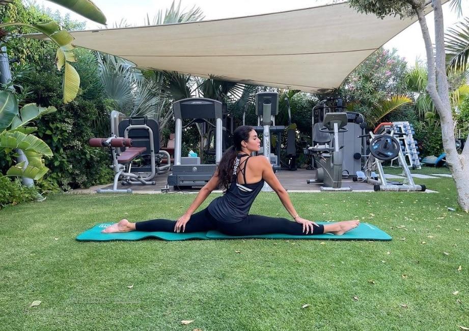 ياسمين صبري برشاقة ملفتة خلال ممارسة الرياضة