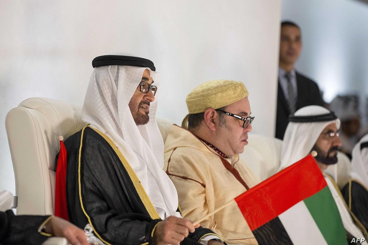 ملك المغرب إلى جانب محمد بن زايد