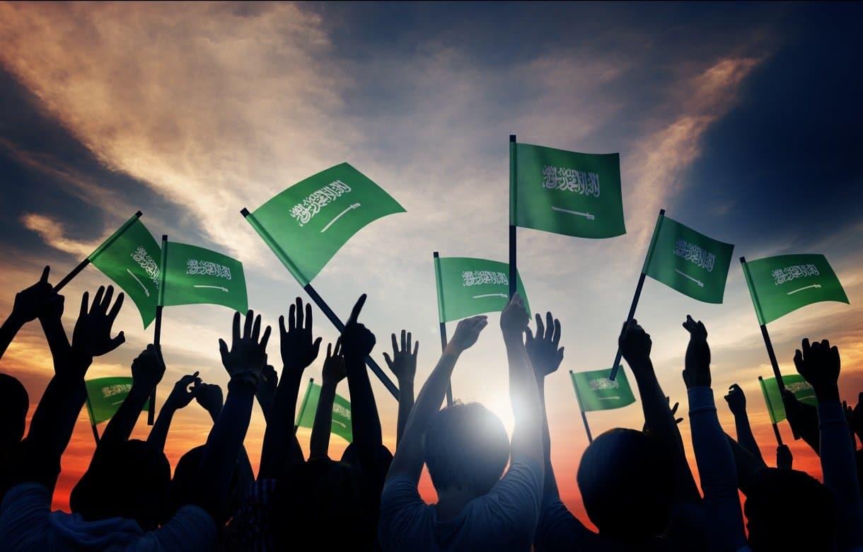 رسام عُماني يحتفل على طريقته الخاصة باليوم الوطني السعودي ويلقى تفاعلاً واسعاً (شاهد)