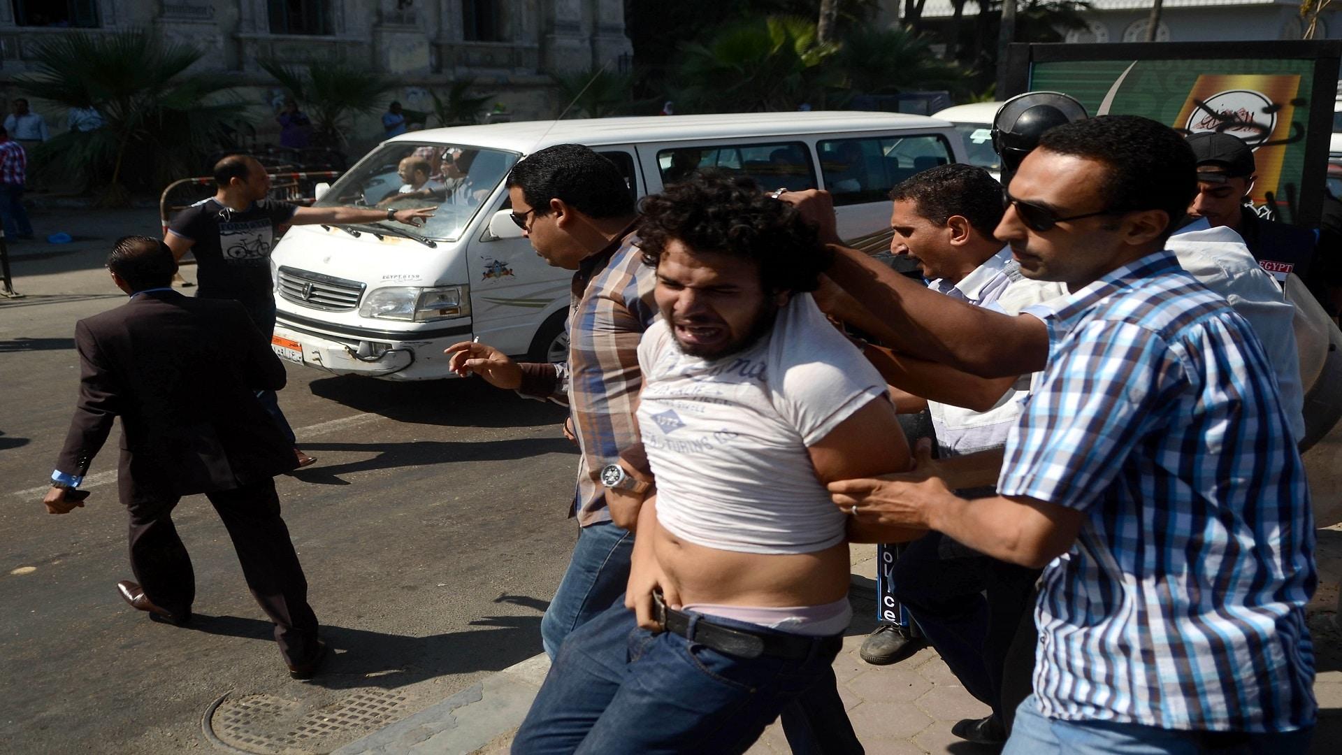عناصر شرطة يعتقلون مصريا