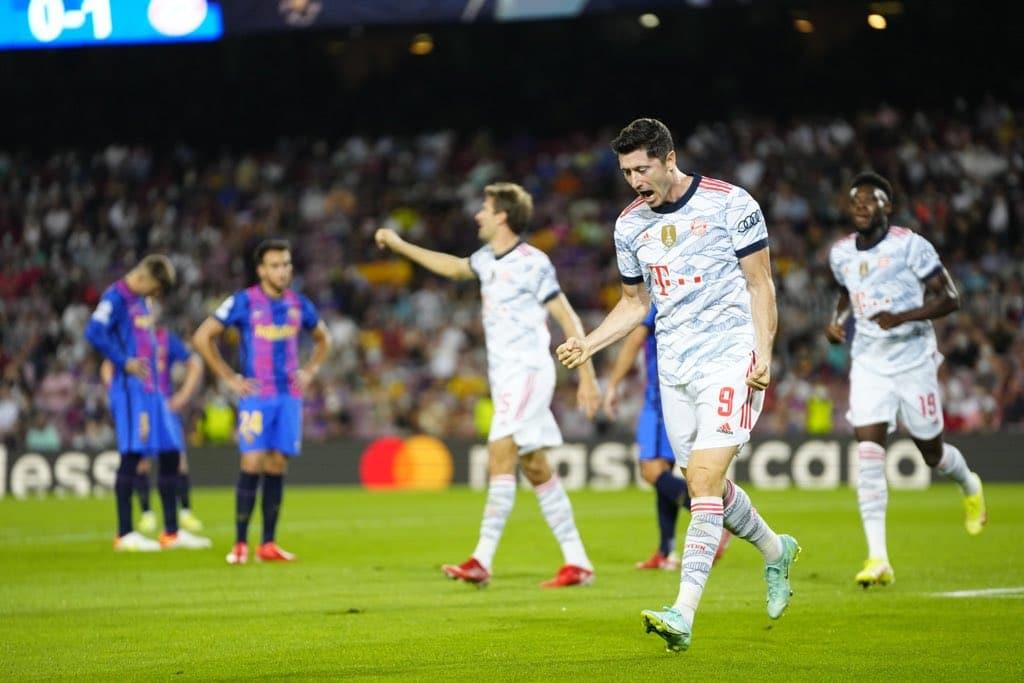 احتفال روبرت ليفاندوفسكي بهدفه في شباك فريق برشلونة