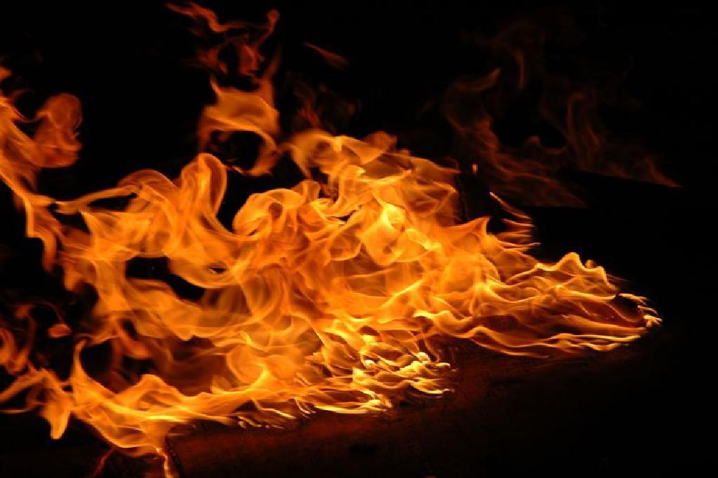 مشهد يتكرر في تونس .. شاب يضرم النار في نفسه بشارع الحبيب بورقيبة! (فيديو)