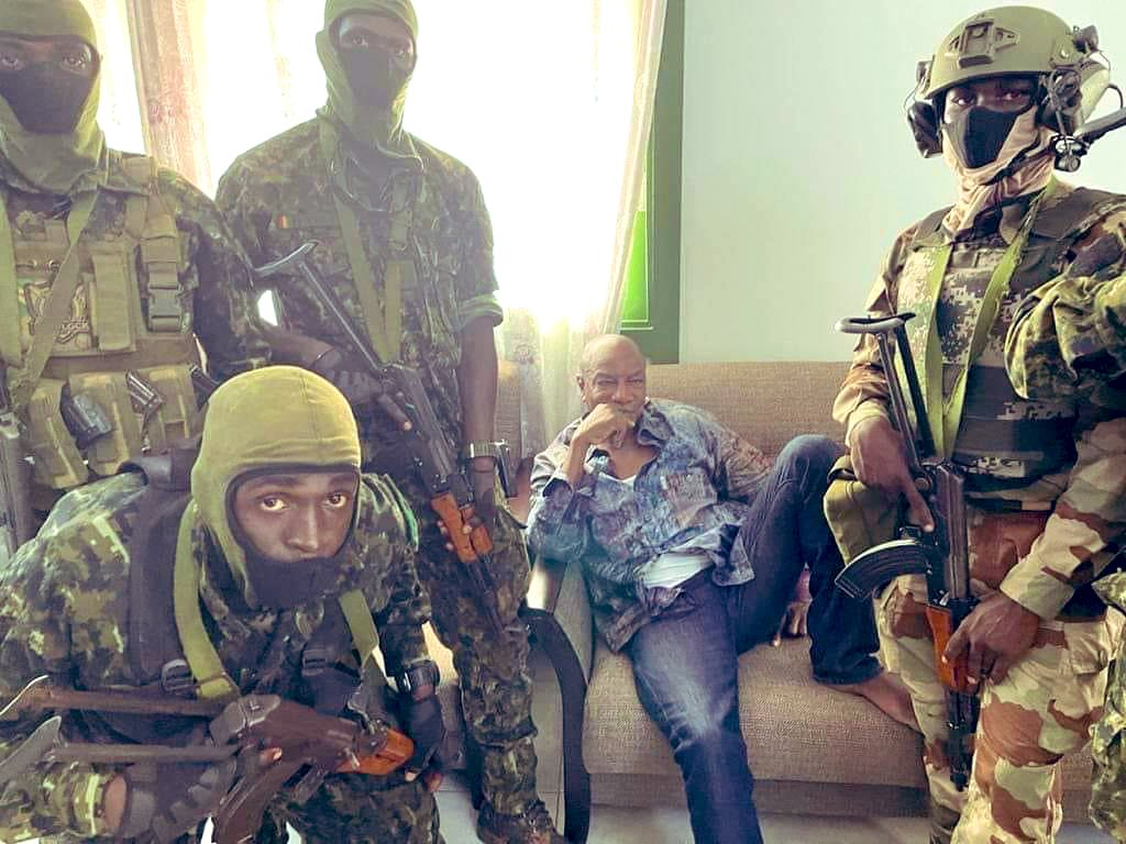 اعتقال رئيس غينيا ألفا كوندي في انقلاب عسكري