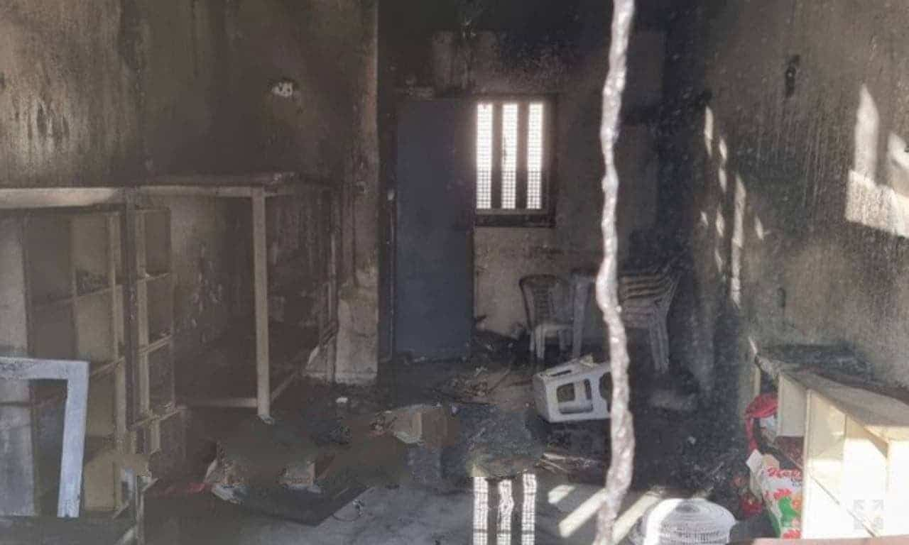 أسرى سجن النقب يشعلون النار في الزنازين رفضاً لإجراءات القمع بحقهم