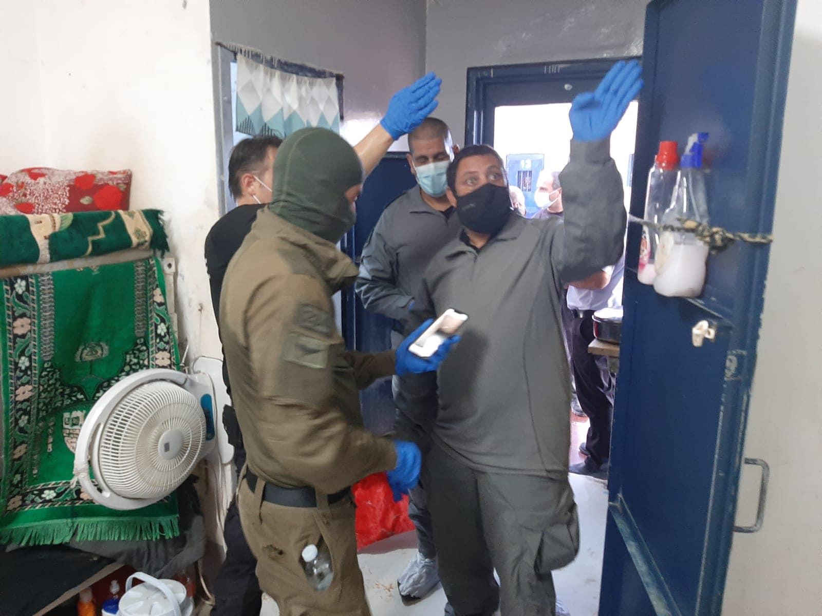 اعتداء وحشي على 90 أسيراً أثناء نقلهم من سجن جلبوع..