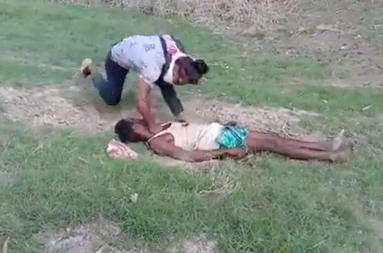 صحفي هندي يعذب مسلما