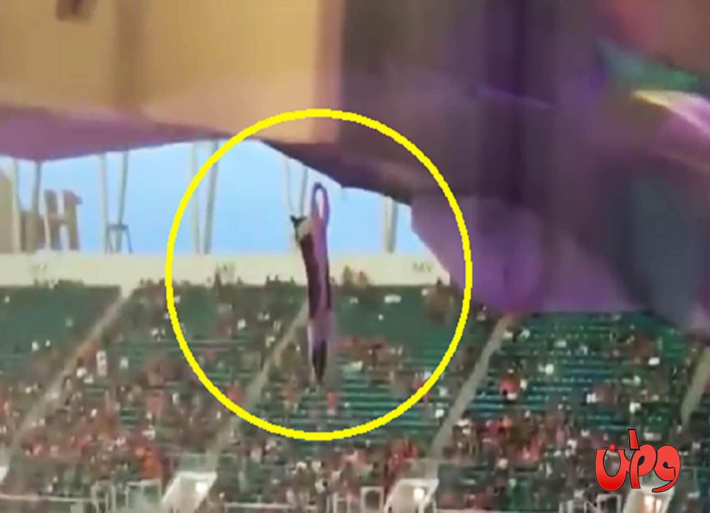 شاهد إنقاذ قطة عالقة من قبل المشجعين في أحد مدرجات كرة القدم