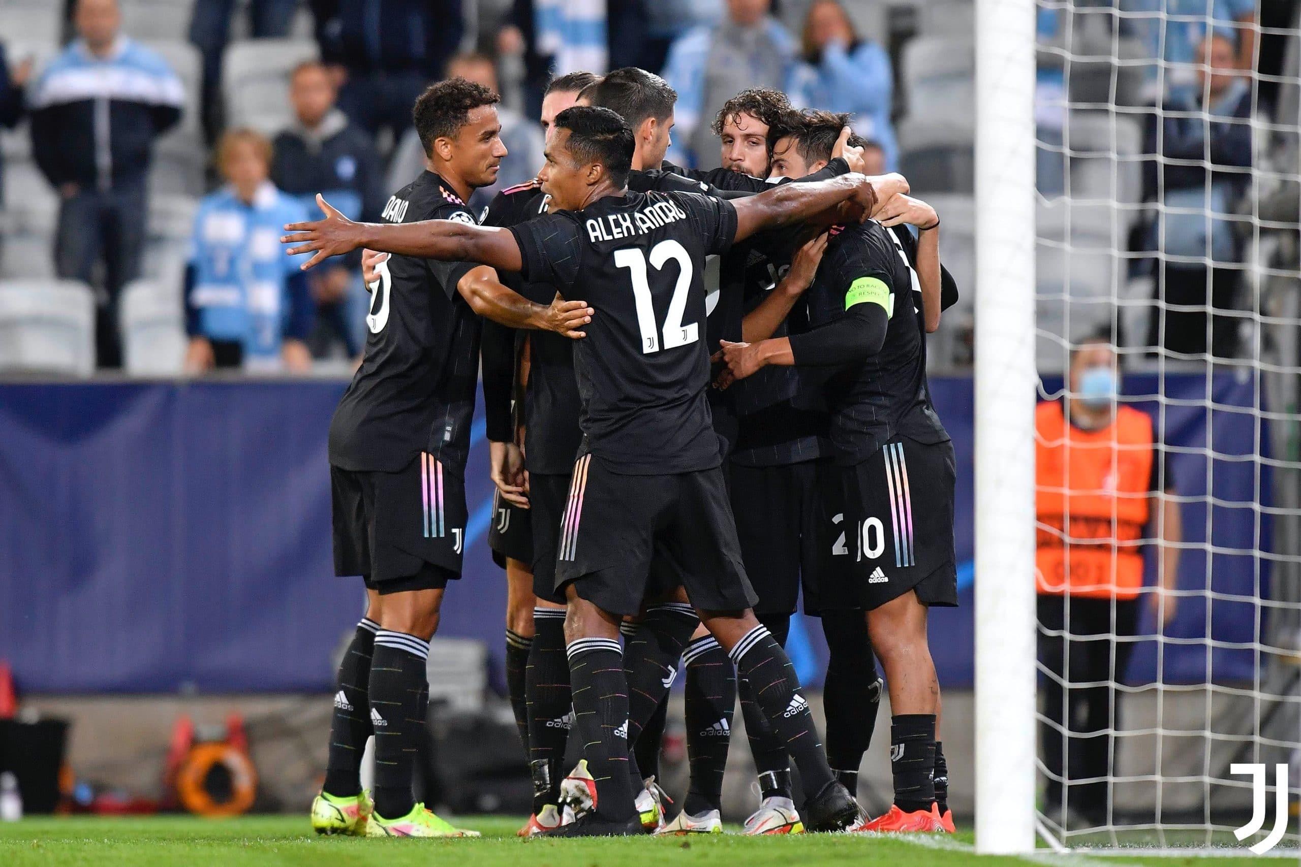احتفال فريق يوفنتوس بإحراز أحد أهدافه في شباك فريق مالمو السويدي