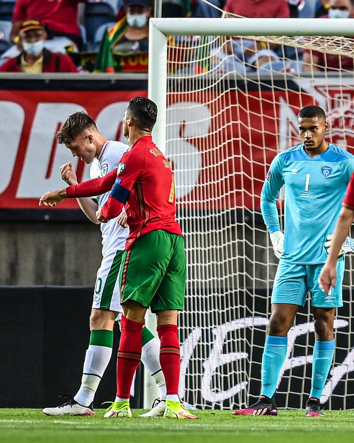 رونالدو ينجو من عقوبة الطرد بعد اعتدائه على لاعب أيرلندا في  المباراة (فيديو)